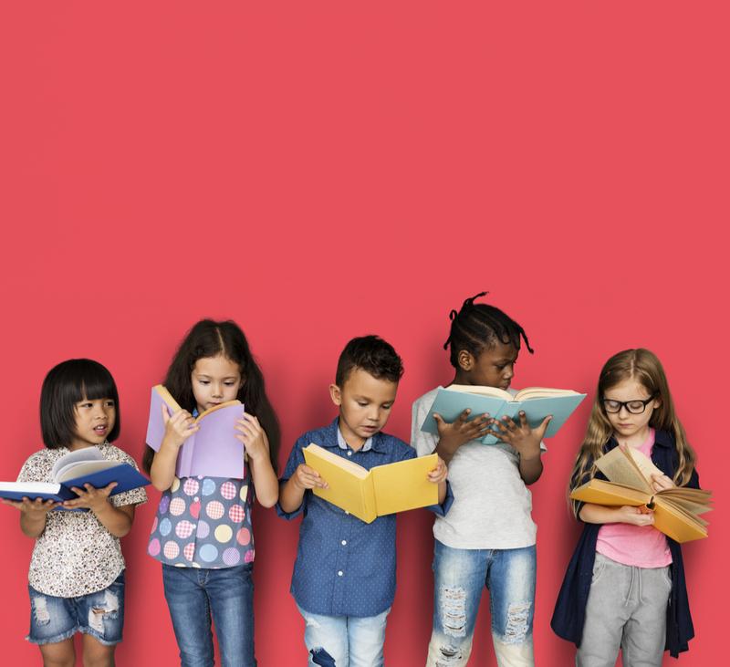 Bambini leggendo